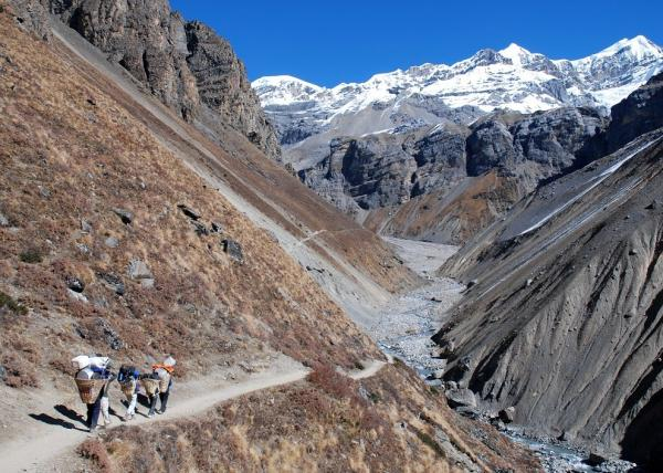 Carriers on the way to Thorong Phedi