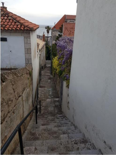 Steep streets to the hills